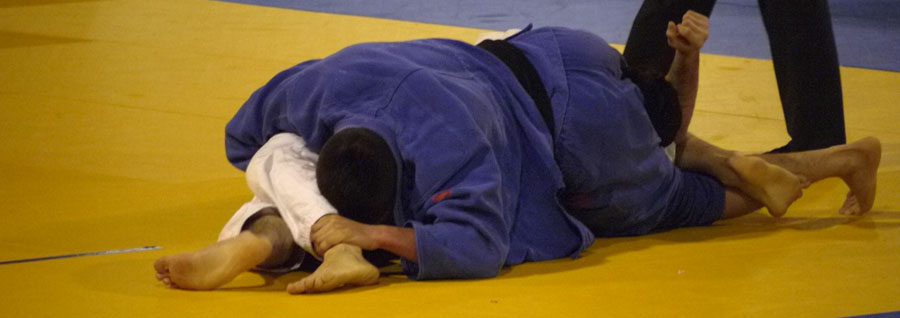 A triangle hold and strangle at the 2010 Belgian Open (sankaku jime)